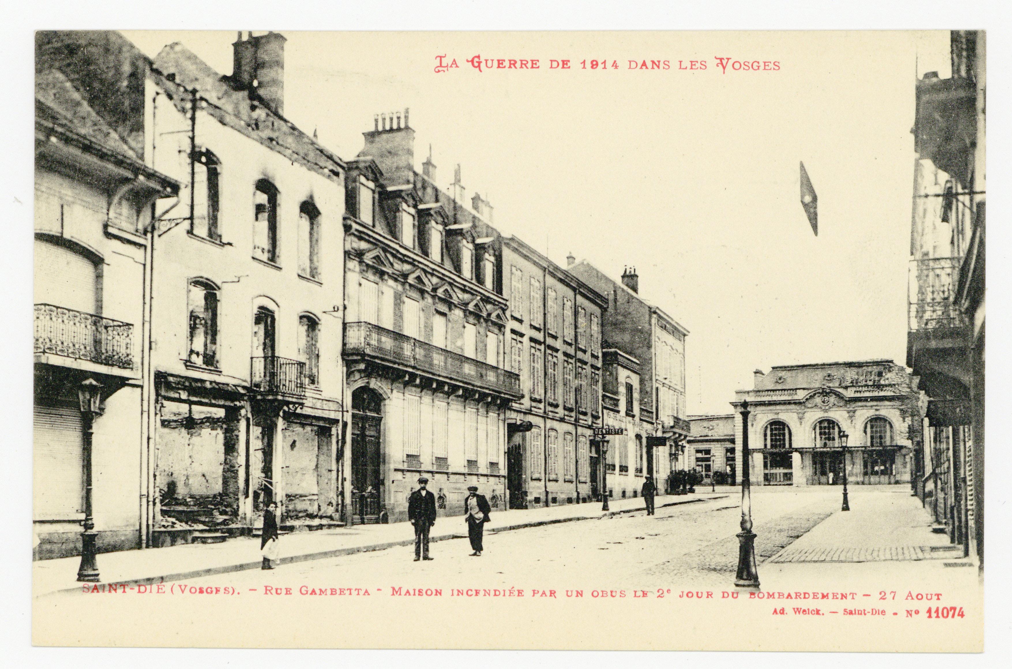 Contenu du Saint-Dié (Vosges). Rue Gambetta : maison incendiée par un obus le 2e jour du bombardement, 27 Août, la guerre de 1914 dans les Vosges