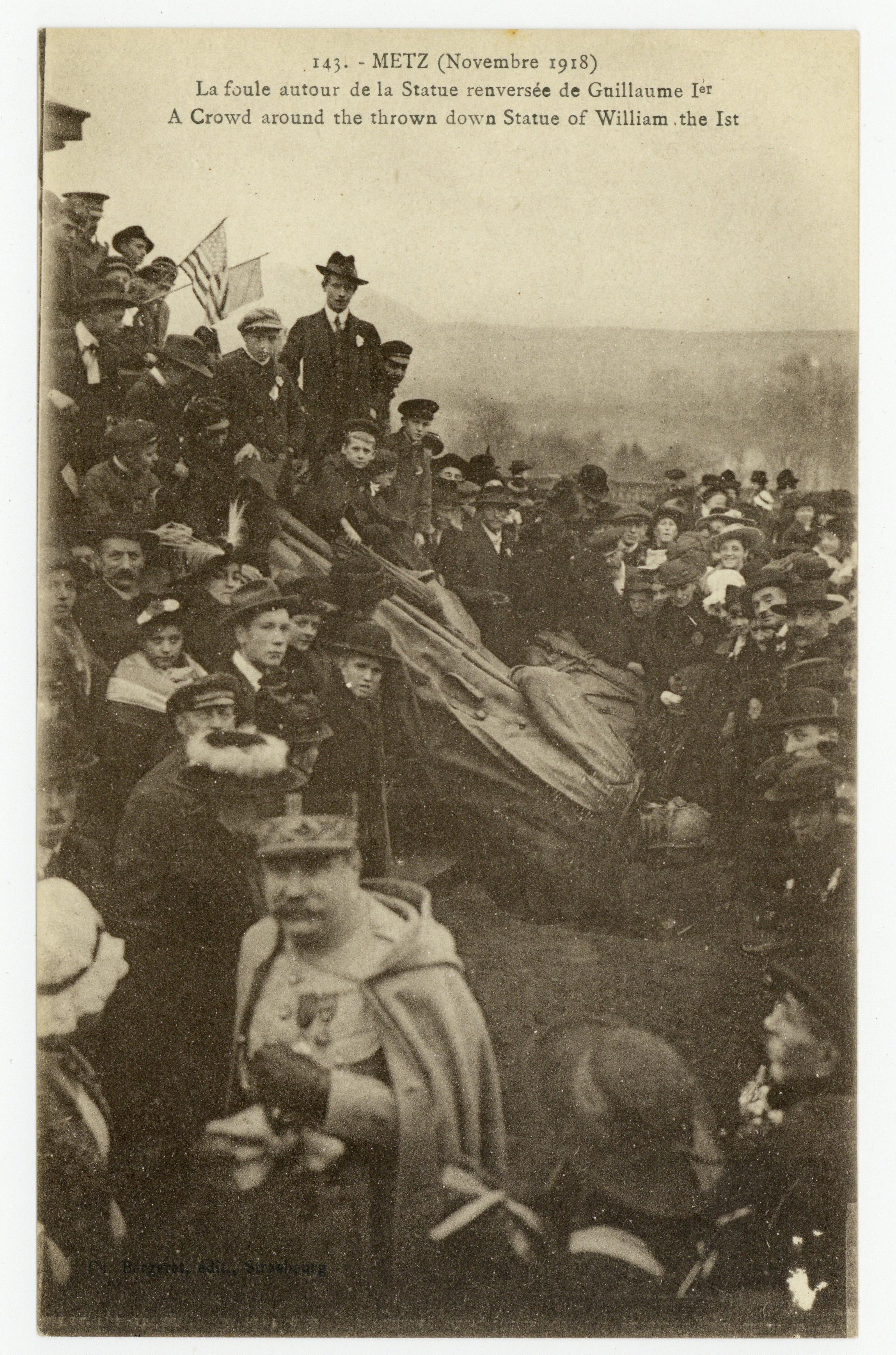 Contenu du Metz (Novembre 1918) : la foule autour de la Statue renversée de Guillaume Ier. A Crown around the thrown down Statue of William the Ist