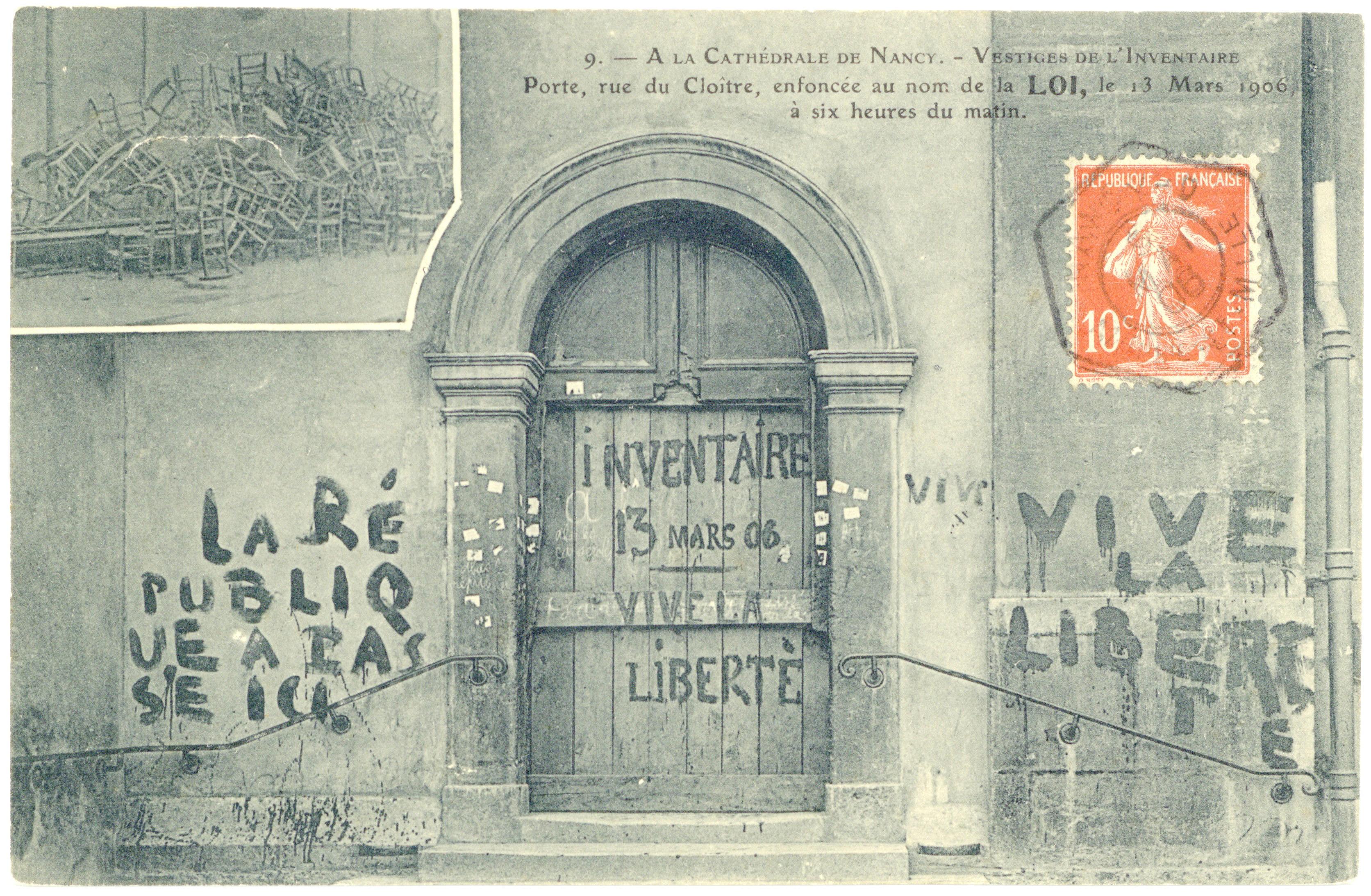 Contenu du A la cathédrale de Nancy. Vestiges de l'inventaire : porte, rue du cloître, enfoncée au nom de la loi, le 13 mars 1906 à six heures du matin