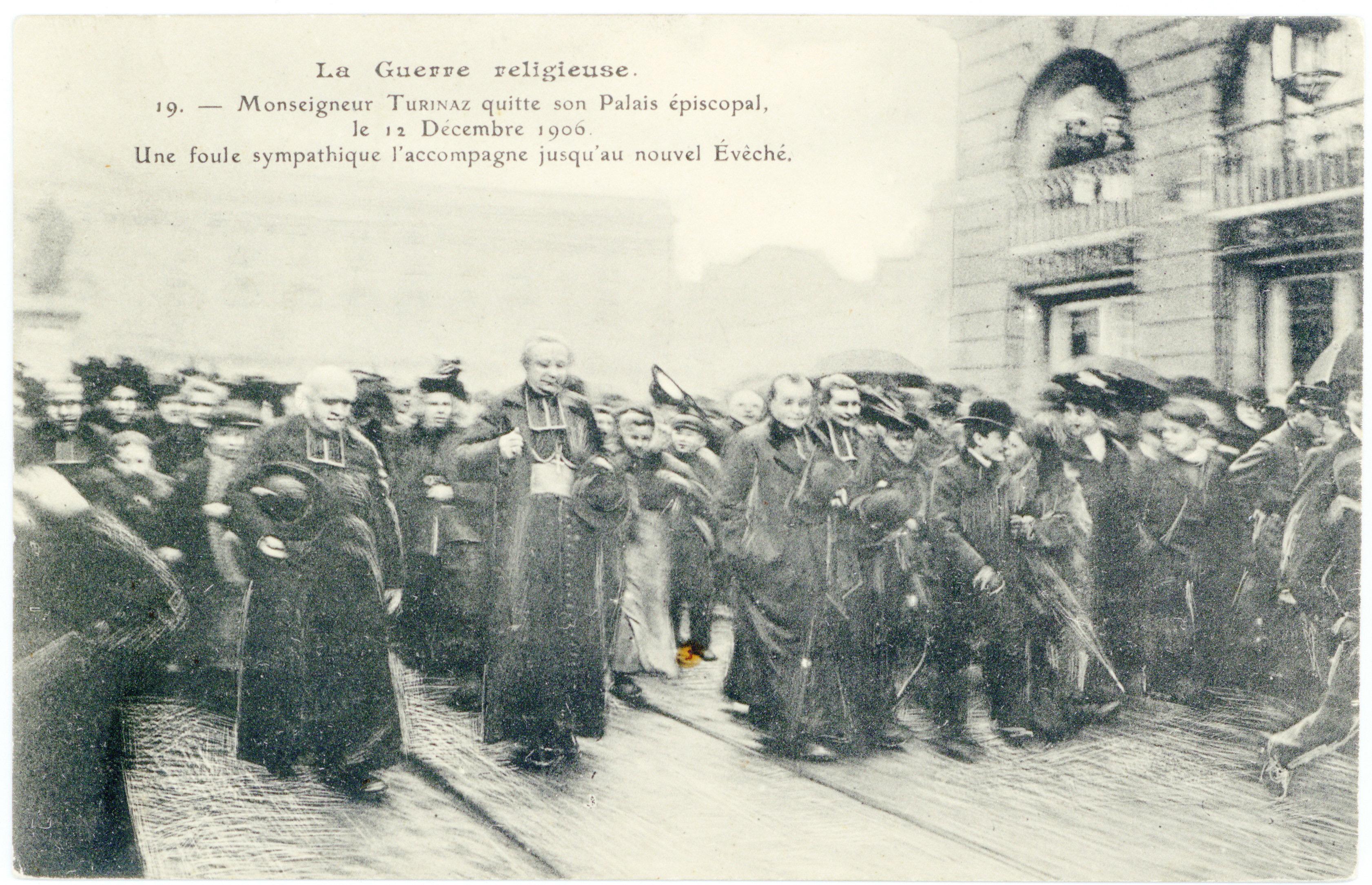 Contenu du Monseigneur Turinaz quitte son palais épiscopal, le 12 décembre 1906. Une foule sympathique l'accompagne jusqu'au nouvel évêché. La guerre religieuse