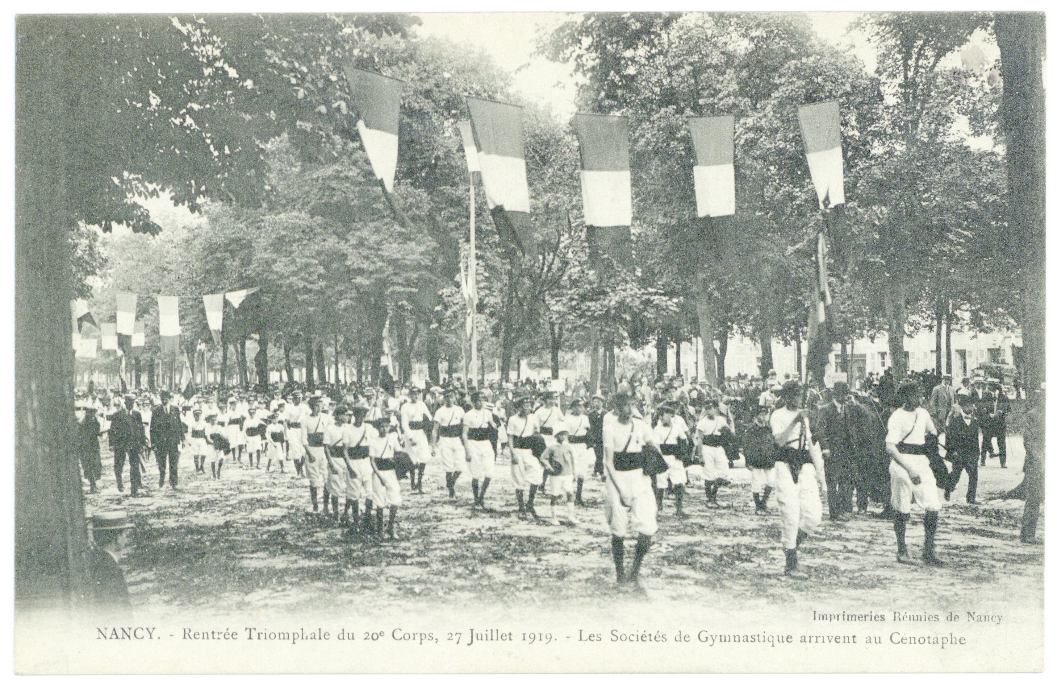 Contenu du Les sociétés de gymnastique arrivent au cénotaphe. Nancy : rentrée triomphale du 20e corps, 27 juillet 1919