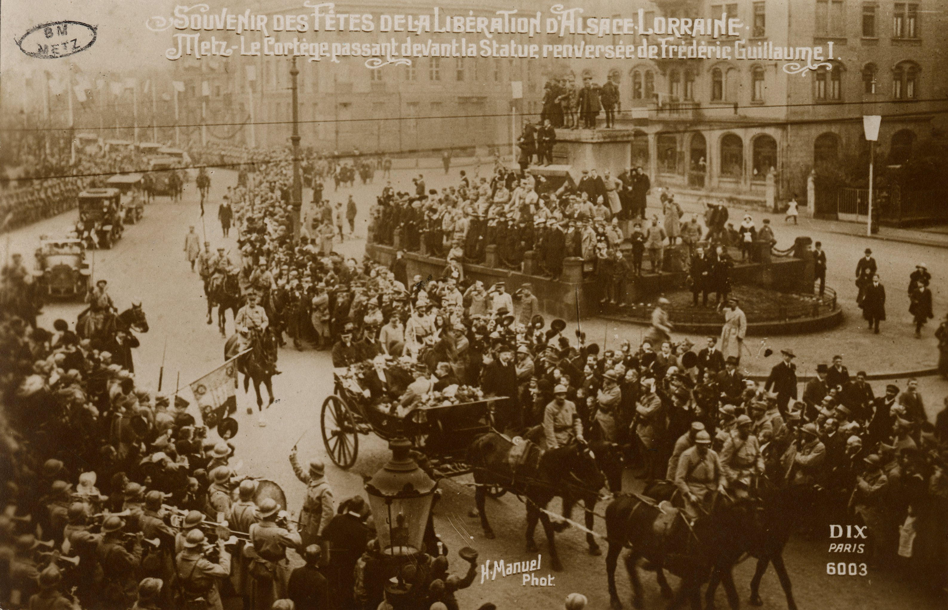 Contenu du Souvenirs des Fêtes de la Libération d'Alsace Lorraine. Metz. Le Cortège passant devant la Statue renversée de Frédéric Guillaume I.