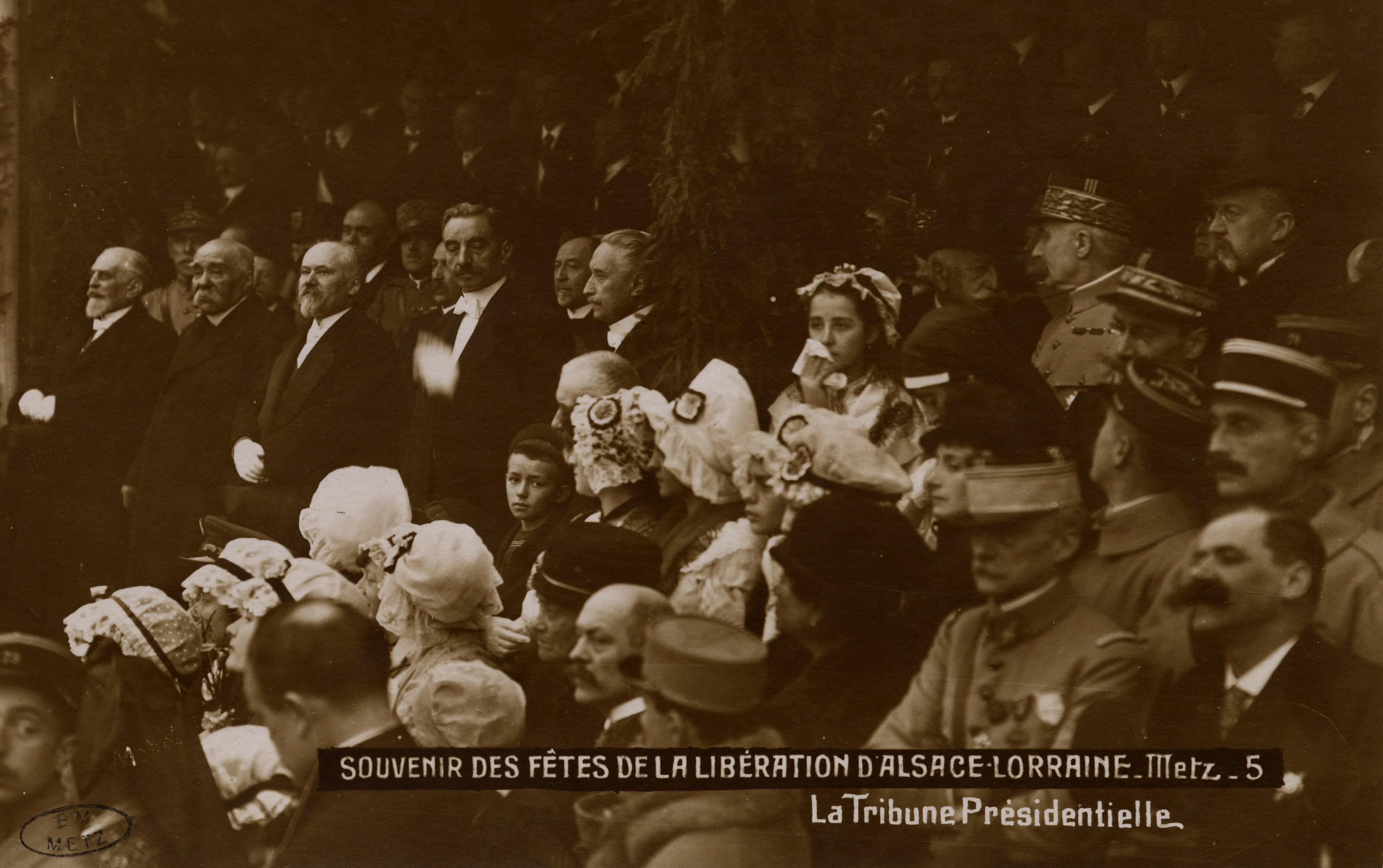 Contenu du Souvenirs des Fêtes de la Libération d'Alsace Lorraine. Metz.  La Tribune Présidentielle.