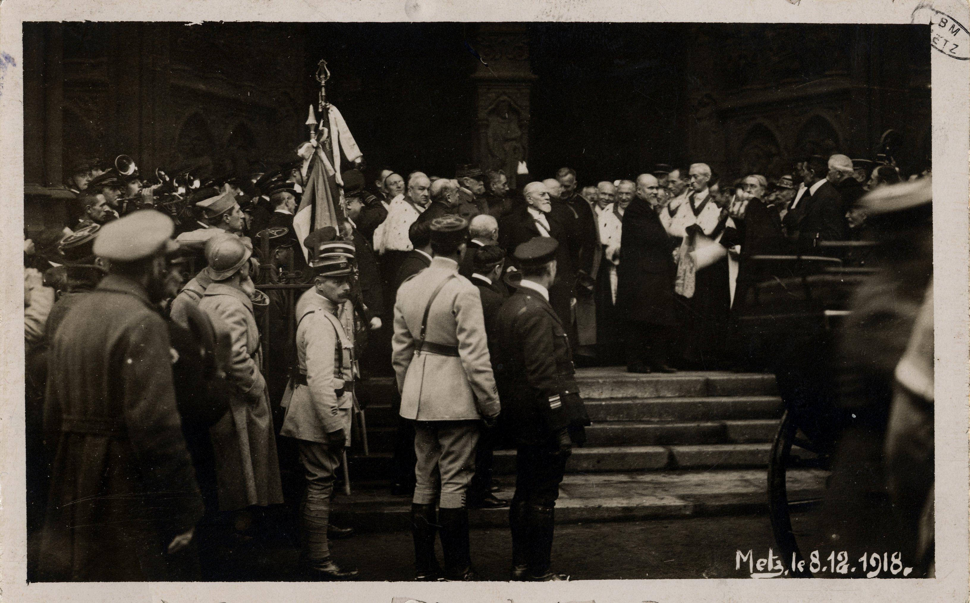 Contenu du [Metz le 8 décembre 1918. Le Président devant la cathédrale]