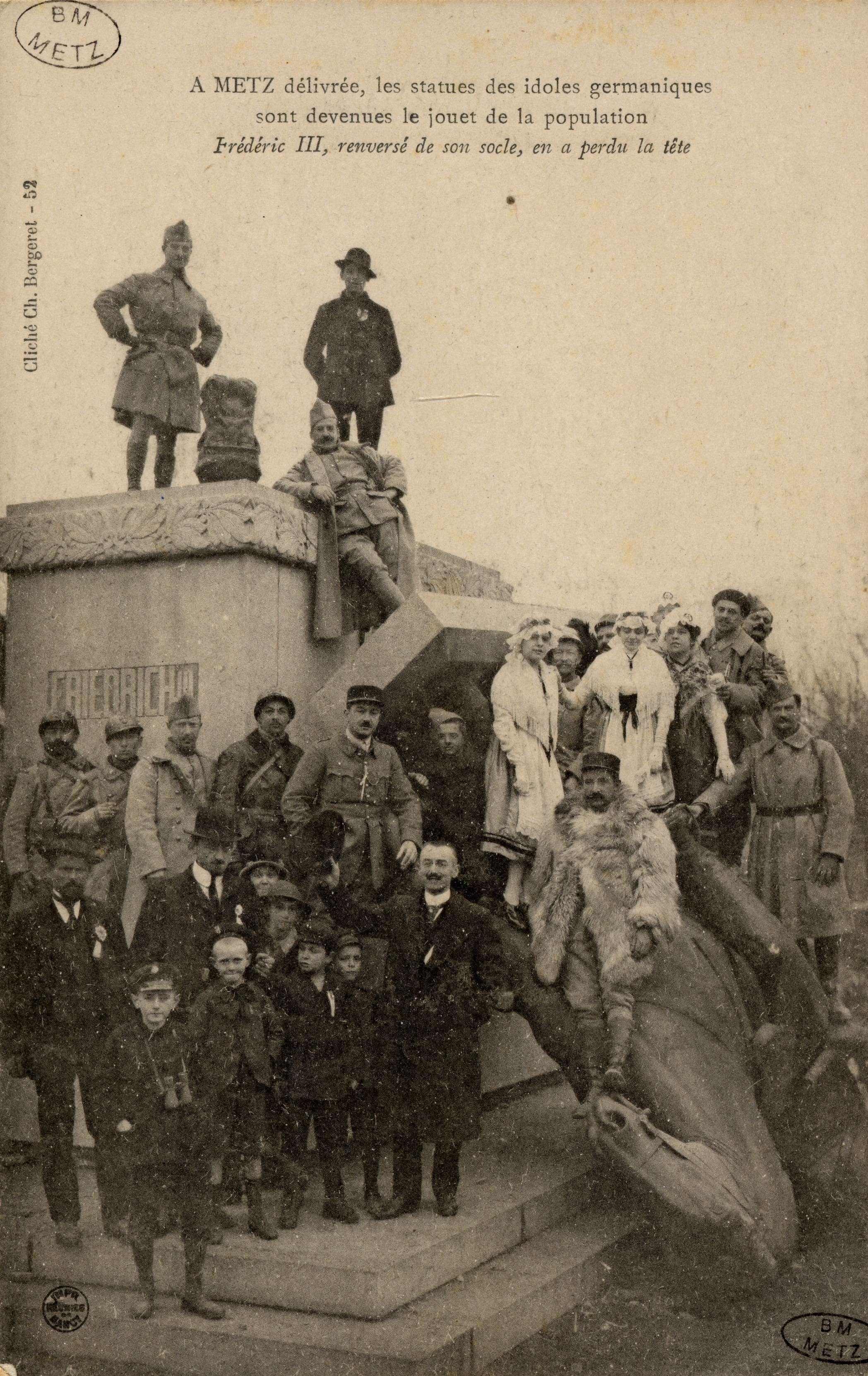 Contenu du A Metz délivrée, les statues des idoles germaniques sont devenues le jouet de la population . Frédéric III, renversé de son socle, en a perdu la tête