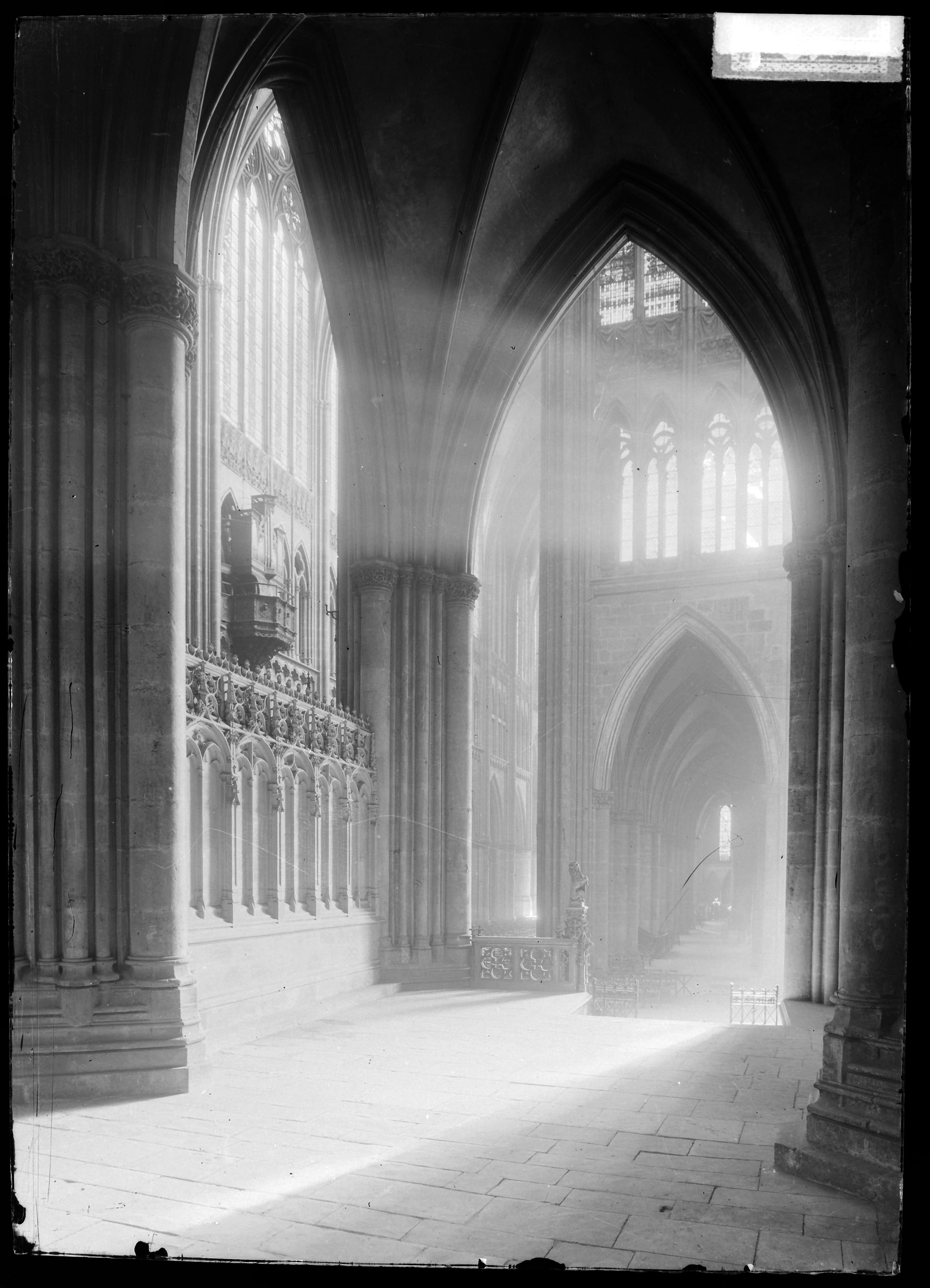 Contenu du Vue de l'intérieur de la cathédrale