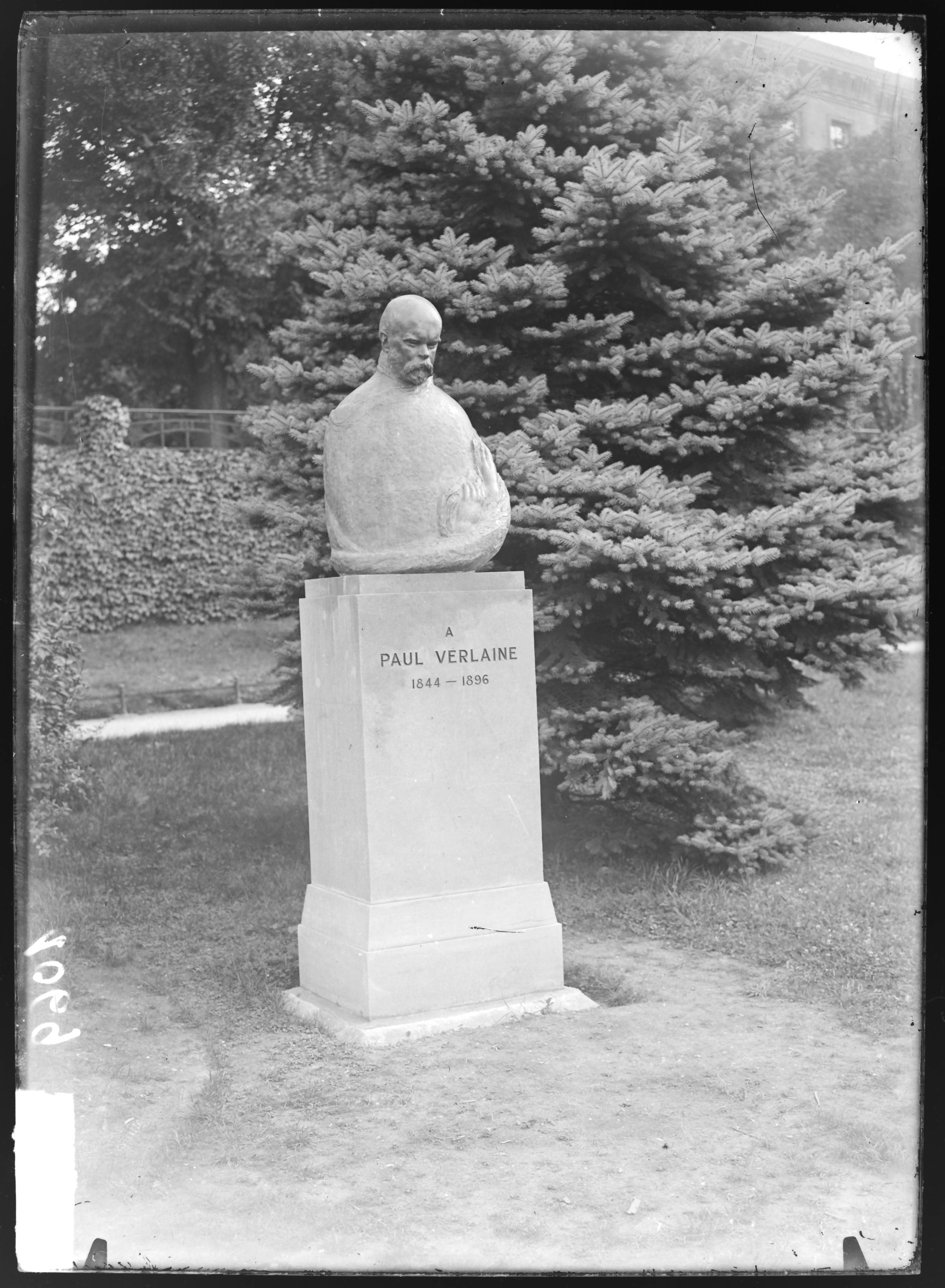 Contenu du [Statue de Paul Verlaine, Boulevard Poincaré]