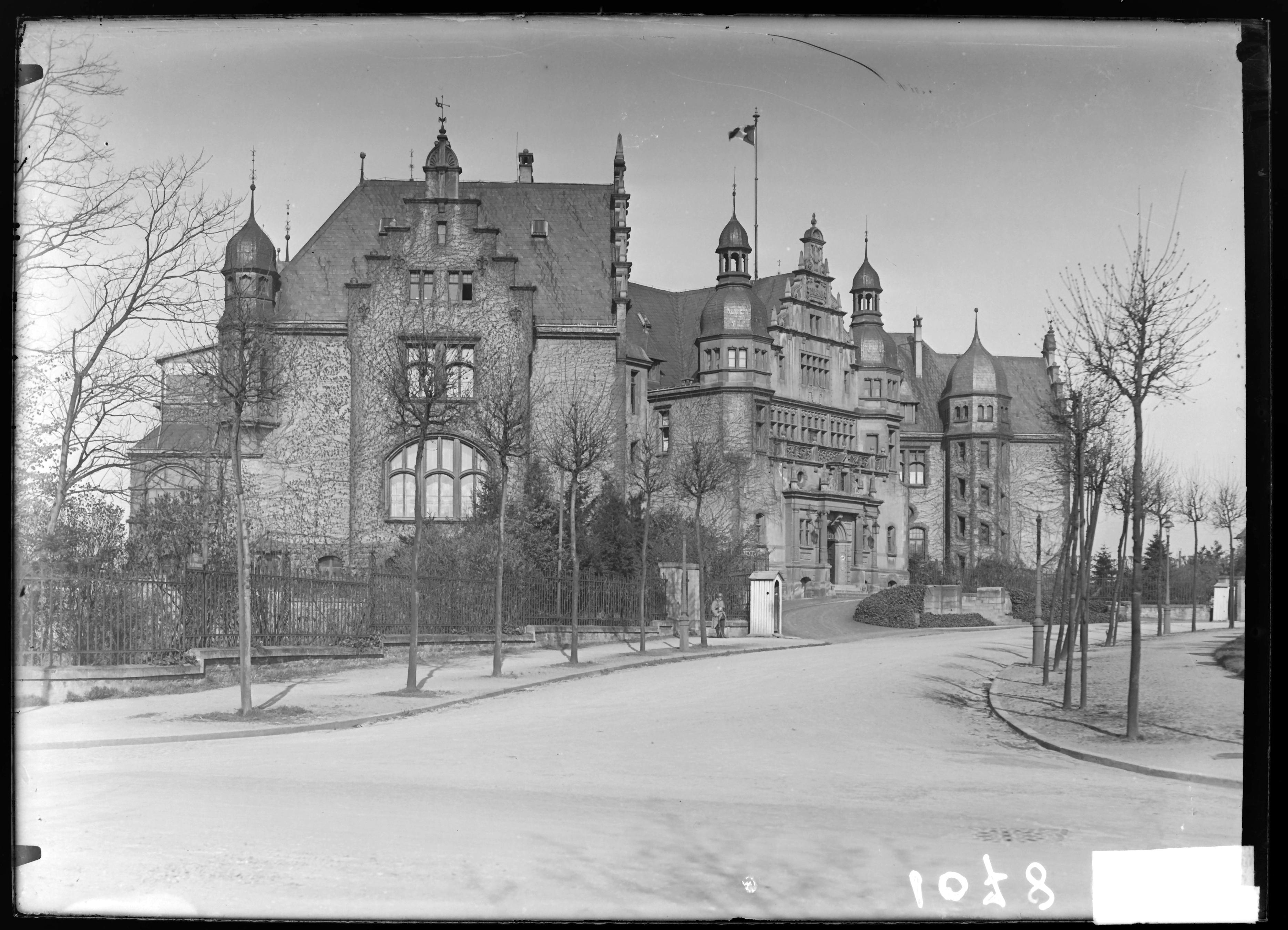 Contenu du Le Palais du Gouverneur vers 1920