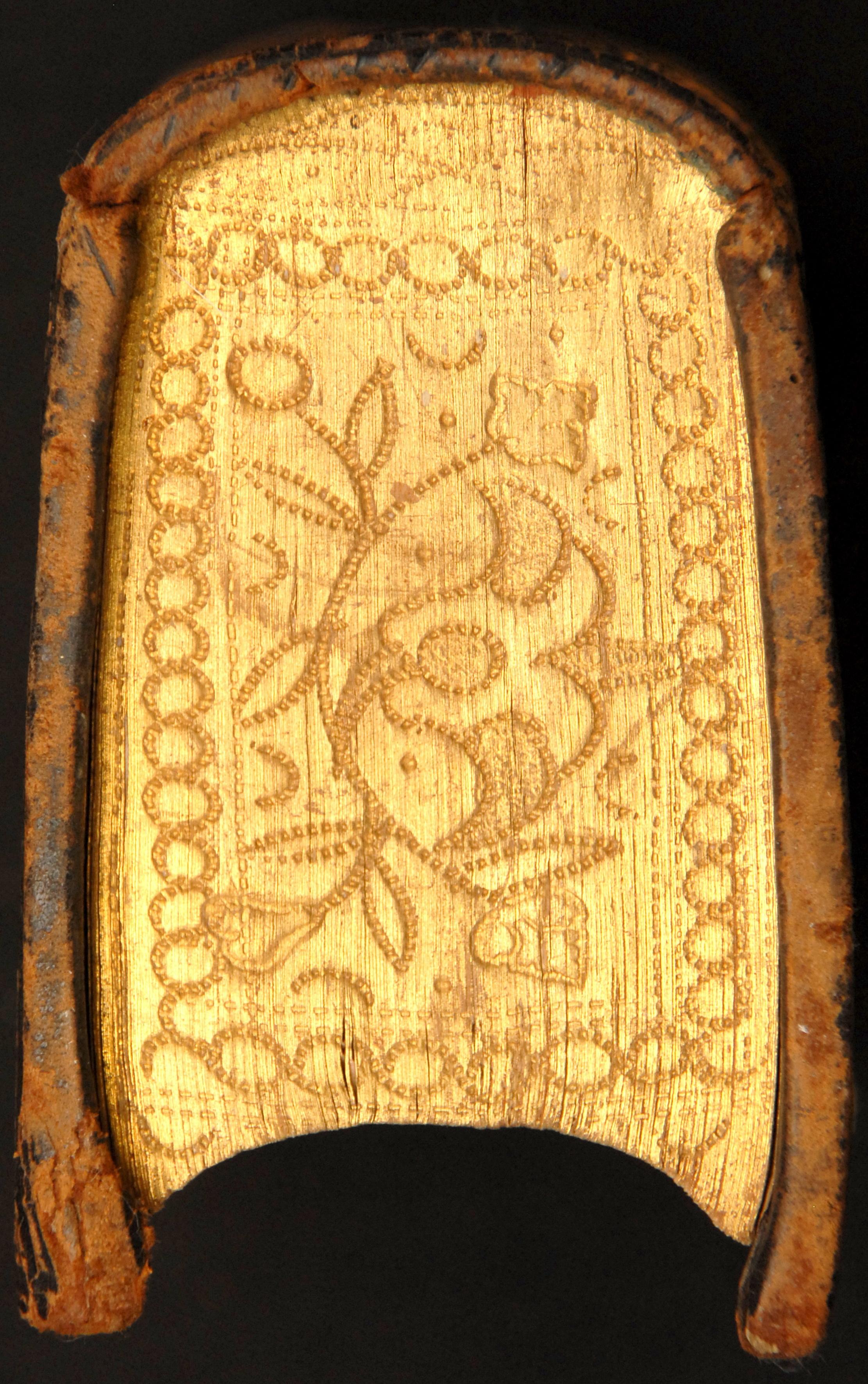 Contenu du Tranche dorée et ciselée à motif floral