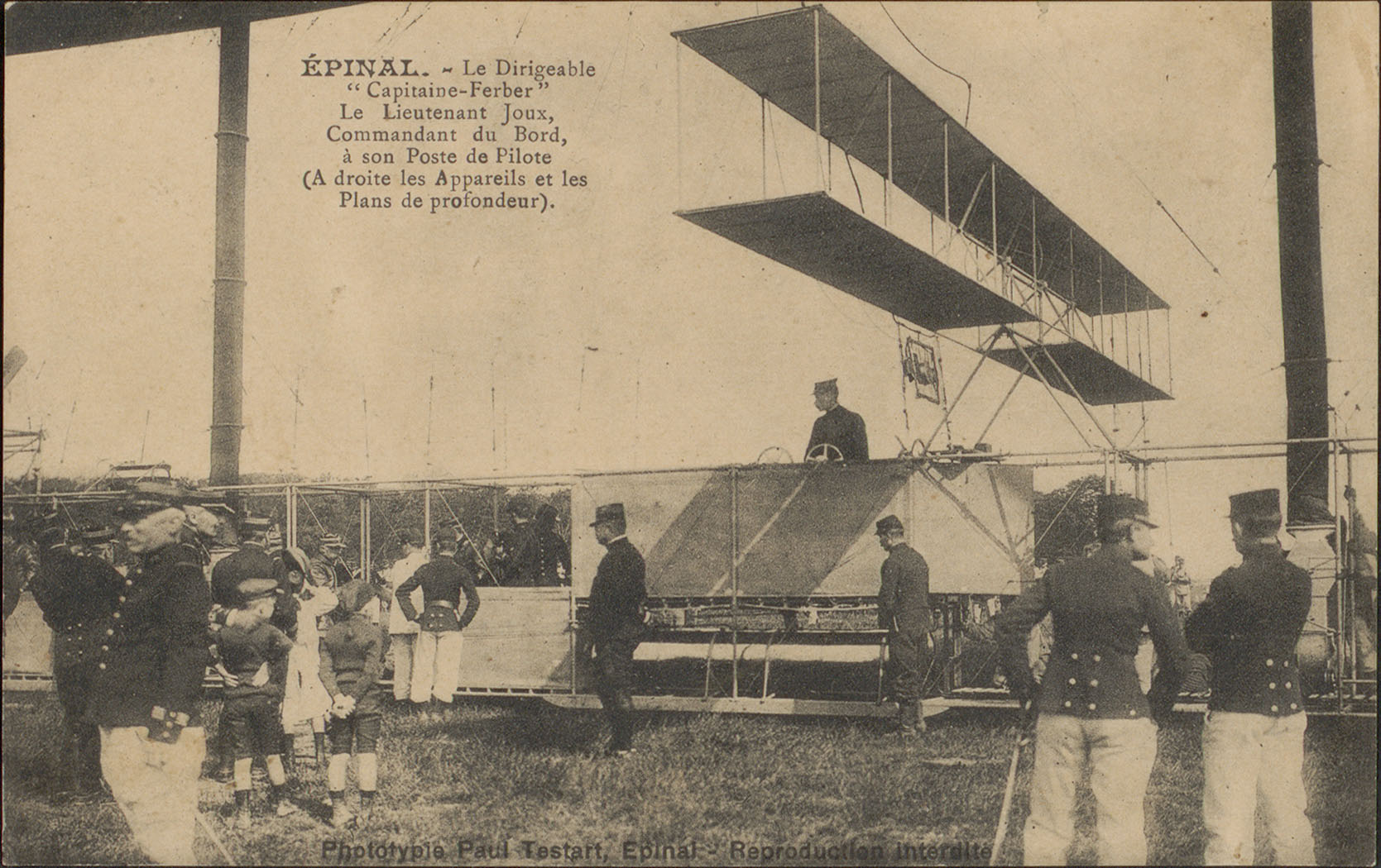 """Contenu du Épinal, Le Dirigeable """"Capitaine Ferber"""", Le Lieutennat Joux, Commandant du Bord, à son Poste de Pilote […]"""