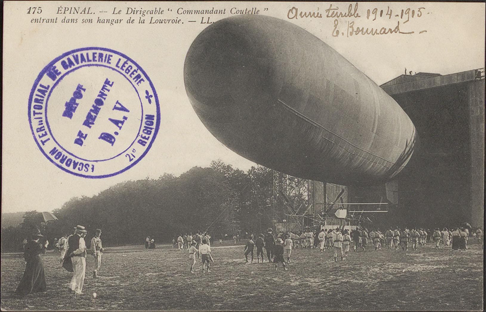 """Contenu du Épinal, Le Dirigeable """"Commandant Coutelle"""" entrant dans son hangar de la Louvroie"""