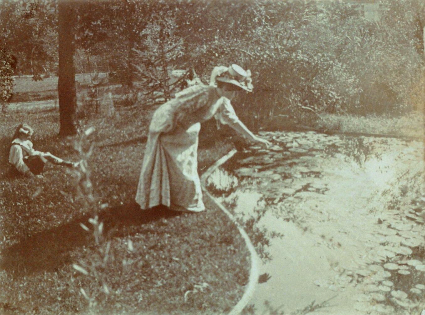 Contenu du Jane Majorelle devant une pièce d'eau dans le jardin de la Villa Majorelle