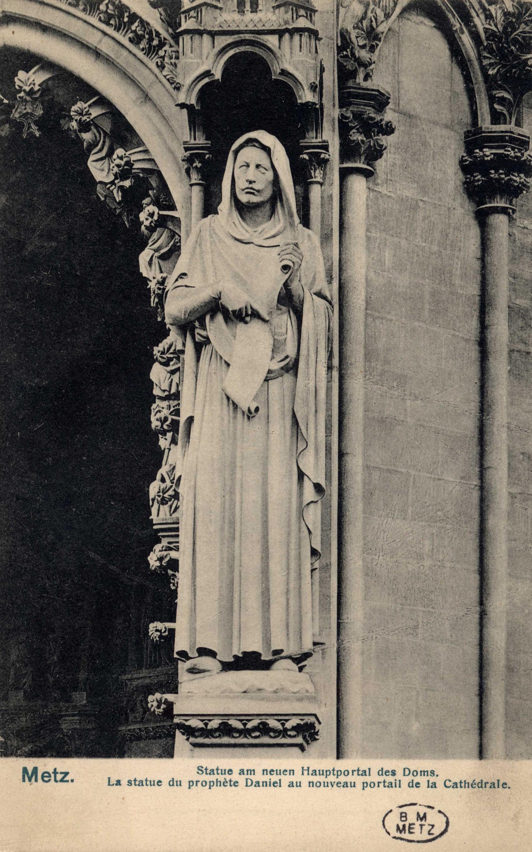 Contenu du Metz. Statue am neuen Hautportal des Doms.