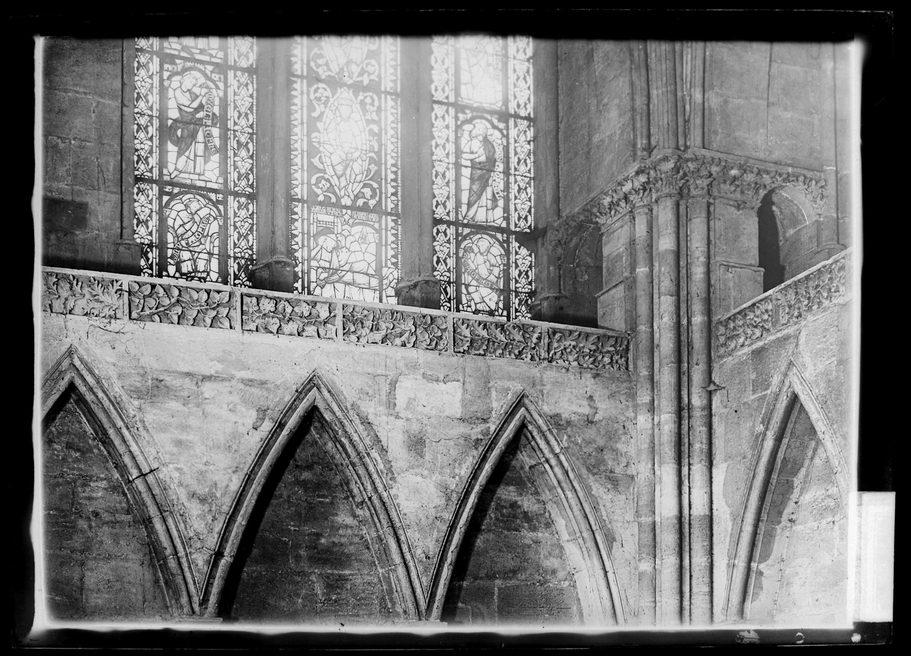 Contenu du Vitraux de la façade occidentale près de la statue de Notre-Dame de Bon-Secours, détail