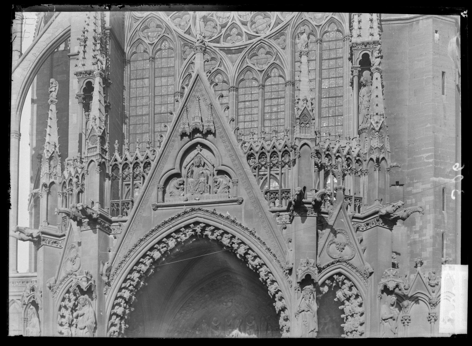 Contenu du Le porche du portail ouest avec son gable sculpté représentant le Christ juge