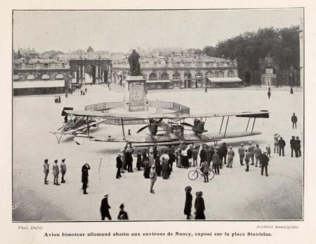 Avion bimoteur allemand abattu aux environs de Nancy, exposé sur la place …