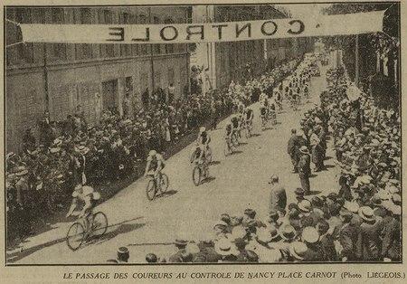 Le passage des coureurs au contrôle de Nancy Place Carnot