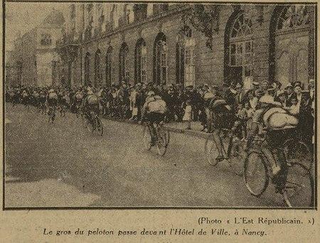 Le gros du peloton passe devant l'hôtel de ville à Nancy.
