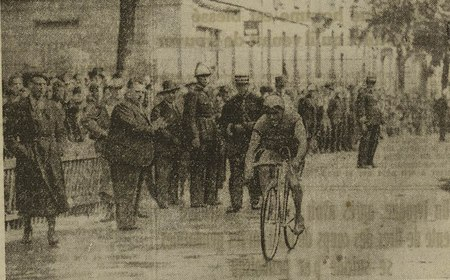 L'arrivée de Lassauge, boulevard Clémenceau, devant un nombreux public