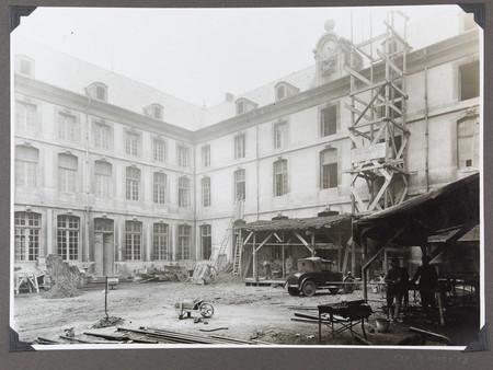 Vue de la cour et de la façade pendant les travaux des années 1930