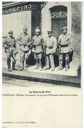 Lunéville. Pendant l'occupation, un groupe d'Allemands dans la Grande-Rue,…