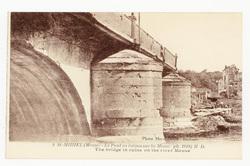 St-Mihiel (Meuse, le Pont en ruines sur la Meuse ph. 1918) M  D.. The brid…