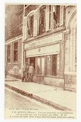 St-Mihiel (Meuse) : une rue pavoisée et inscriptions allemandes sur une bo…