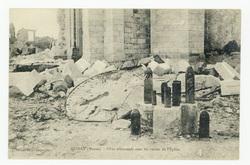 Xivray (Meuse). Obus allemand avec les ruines de l'Église