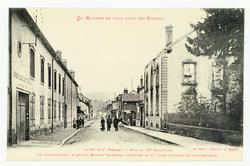 Saint-Dié (Vosges). Rue du 10e Bataillon, en premier plan, à droite, Maiso…