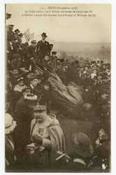Metz (Novembre 1918) : la foule autour de la Statue renversée de Guillaume…