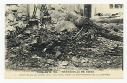 Débris du jeu de cloches de la Tour nord, tombé au bombardement du 19 sept…