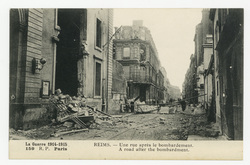 Reims : une rue après le bombardement. A road after the bombardment. La Gu…