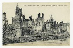 La rue Buirette, vue de la Fontaine Subé, ruines de Reims