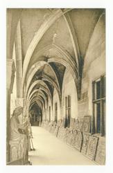 Galerie ogivale sous laquelle est exposée une collection considérable de t…