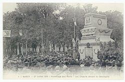 Hommage aux morts : les chœurs devant le cénotaphe. Nancy, 27 juillet 1919