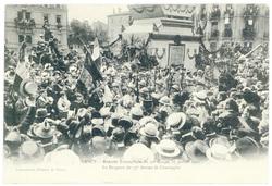 Le drapeau du 37e devant le cénotaphe. Nancy : rentrée triomphale du 20e c…