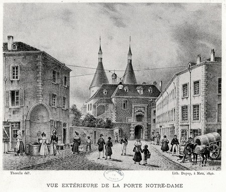 Vue extérieure de la porte Notre-Dame