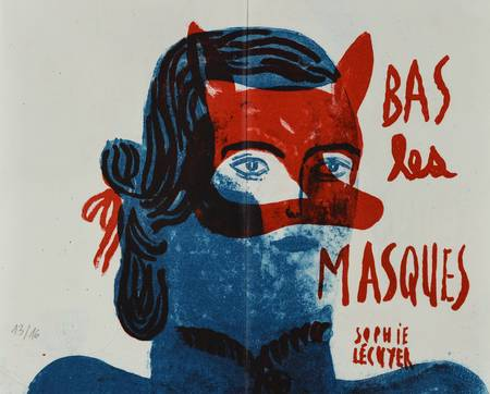 Le masque de loup rouge sur un visage féminin