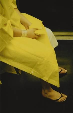 Une femme en jaune