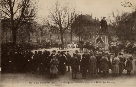 Metz 19 novembre 1918. Le groupe des notables pendant le défilé des troupes