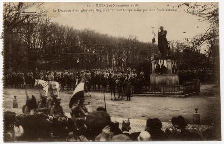 Metz 19 novembre 1918. Le drapeau d'un glorieux Régiment du 20e Corps salu…