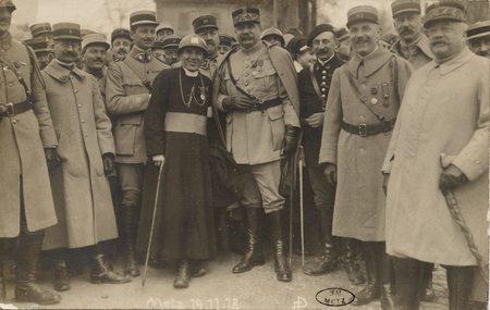 [Metz 19 novembre 1918. Officiers avec ecclésiastique]