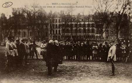 Metz 7 décembre 1918. Remise de son bâton de commandant au Maréchal Pétain