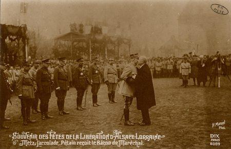 Souvenirs des Fêtes de la Libération d'Alsace Lorraine. Metz.L'accolade. P…