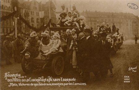 Souvenirs des Fêtes de la Libération d'Alsace Lorraine. Metz.Voitures de n…