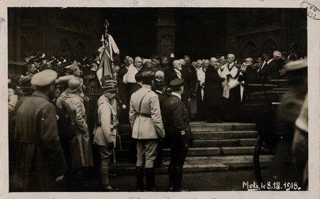 [Metz le 8 décembre 1918. Le Président devant la cathédrale]