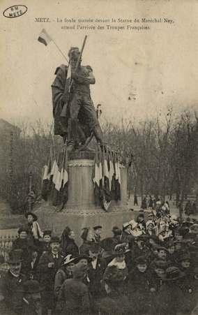 Metz. La foule massée devant la Statue du Maréchal Ney, attend l'arrivée d…
