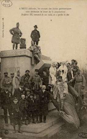 A Metz délivrée, les statues des idoles germaniques sont devenues le jouet…