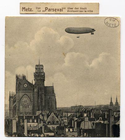 """Metz. Le """"Parseval"""" évoluant sur la ville"""