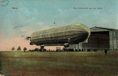 Metz. Das Luftschiff vor der Halle